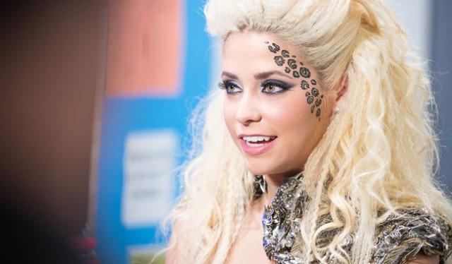 """Mais uma vez o """"leopard print""""!! Ela viu que os fãs sentiam falta da sua marca registrada e voltou a pintar o rosto!!"""