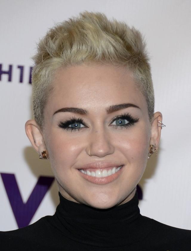 """Miley """"cabelo novo uó"""" Cyrus com um esfumado pretão, pra combinar com o novo look dela!!"""