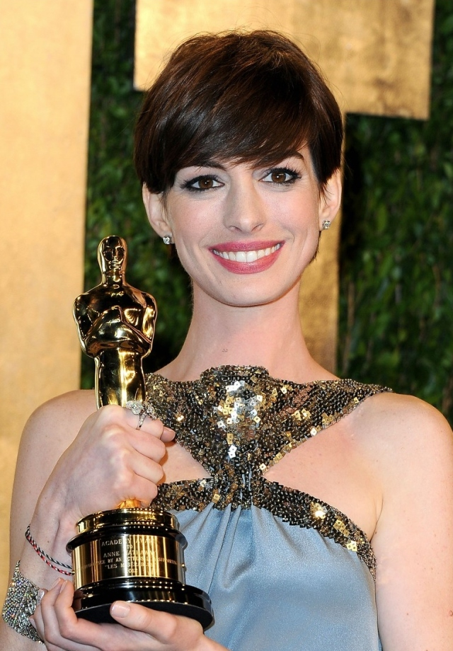 anne-hathaway-adam-shulman-vanity-fair-oscars-party-2013-07