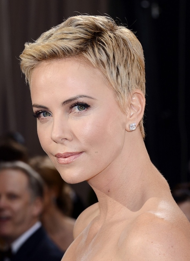 charlize-theron-oscars-2013-red-carpet-02
