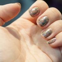Unhas da Semana: Nude + Glitter Colorido!!